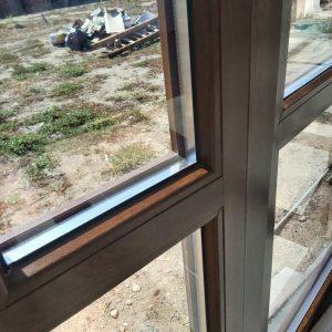 Почистени дограма и стъкла след строителна дейност.