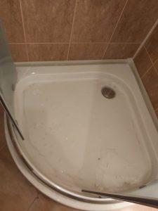 Замърсена при ремонт душ-кабина.