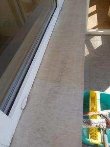 Почистени дограми, стъкла и первази на прозорци след ремонт.