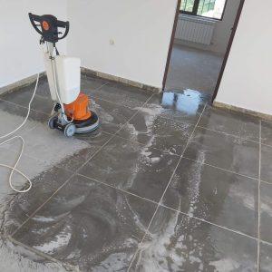 Машинно почистване на под, шлайфан бетон.