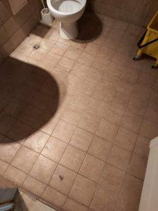 Замърсен теракот в баня.