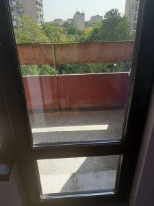 Почистени стъкла и дограми на врата на тераса.