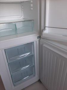 Почистен и дезинфектиран хладилник.