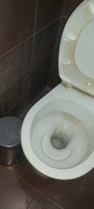 Замърсена тоалетна.