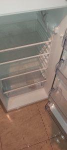 Замърсен хладилник.