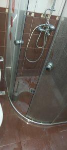 Замърсени душ-кабина и душ.