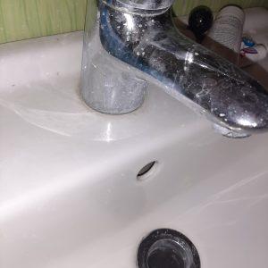Варовикови отлагания по санитария и батерия на чешма в баня.