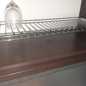 Замърсен кухненски шкаф.