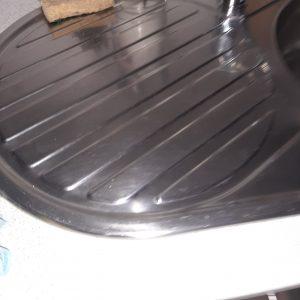 Отстранен варовик от кухненска мивка.