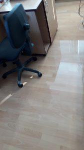 Почистен и дезинфектиран под в офис.