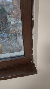 Прозорец с боя по дограмата.