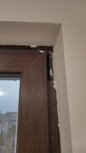 Остатъци от строителни материали по прозорец.
