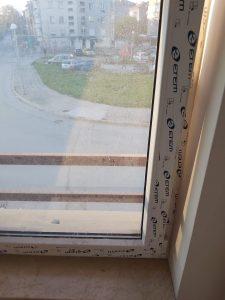 Фолиа и строителен прах по прозорец.