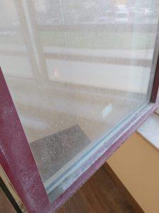 Дограма и стъкла със строителни замърсявания.
