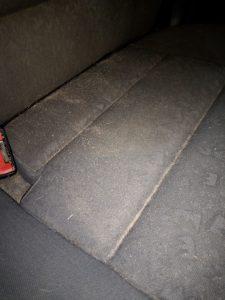 Замърсена седалка на лека кола.