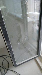 Напрашена със строителен прах врата на тераса.