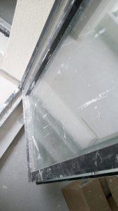Нацапани дограма и стъкло на прозорец.