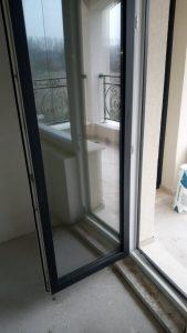 Почистени от строителни замърсявания дограма и стъкло на врата.