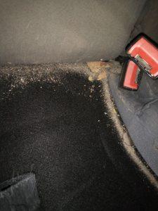 Силно замърсяване на тапицерия на кола.