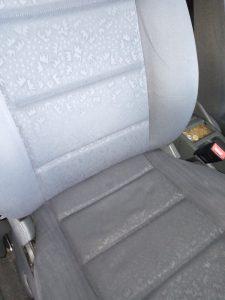 Машинно изпрана седалка на кола.