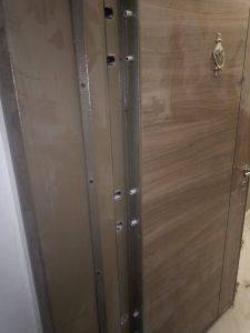 Строителен прах по врата, наслоен.