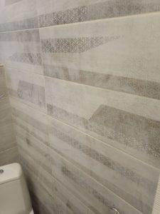 Стена баня, покрита със строителен прах.