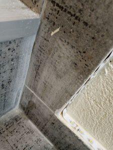 Строителен прах по стълбище.