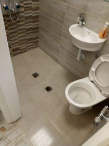 Почистен санитарен възел и баня.