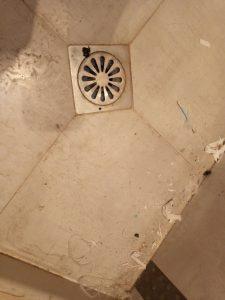 Замърсен под на баня.