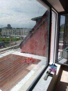 Замърсен прозорец и врата към тераса.