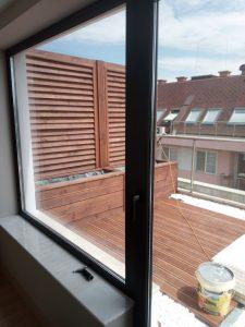 Почистени от строителни замърсявания дограма, стъкла, перваз на прозорец.