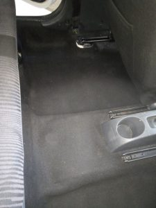 Машинноизпран мокет на лека кола.