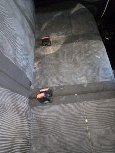 Силно замърсени седалки на лека кола.