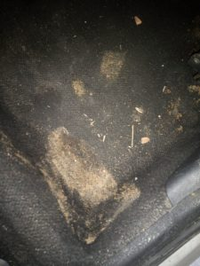 Замърсен под на автомобил.