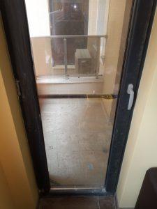 Замърсена врата и тераска.