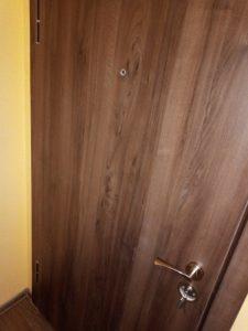 Врата, почистена от строителен прах.