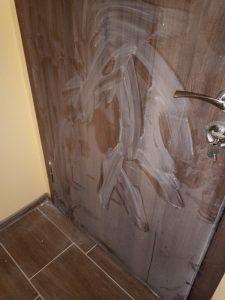 Врата, покрита със строителен прах.