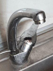 Замърсена кухненска батерия на чешма.
