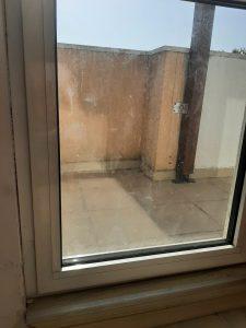 Замърсена дограма и стъкло - врата на тераса.