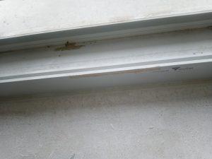 Замърсена дограма на прозорец.