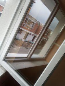 Почистени фол÷а от дограми. Почистени стъкла на прозорци.