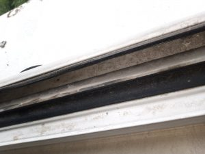 Силно замърсена вътрешна част на прозорец.