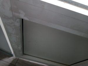 Замърсена дограма на врата на тераса.